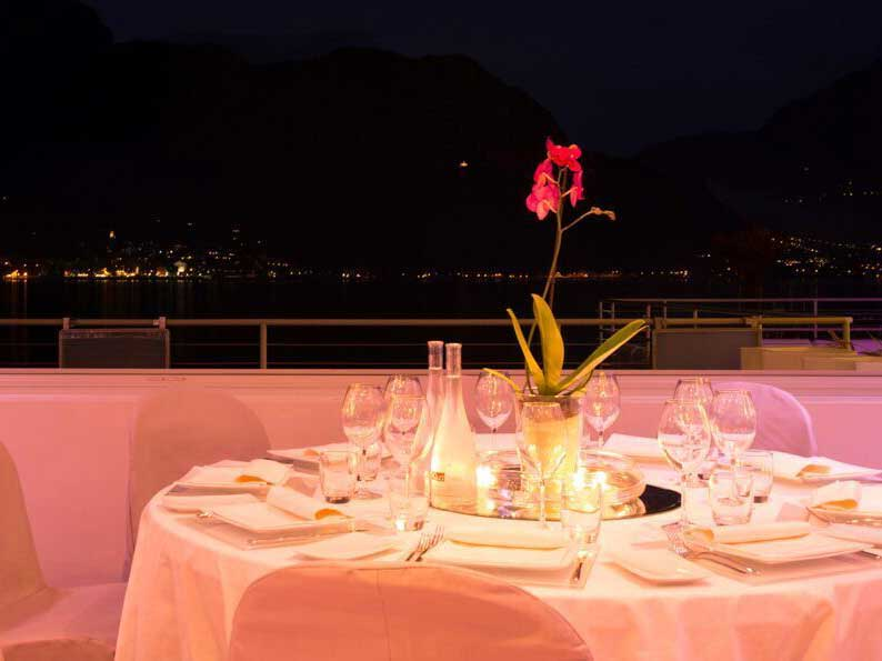 Dining on the lake with a romantic atmosphere